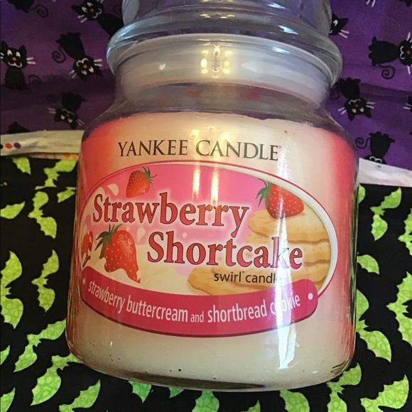 Yankee candle strawberry swirl